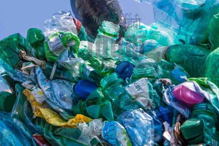 अति उपयोग के कारण प्लास्टिक बना प्रदूषण