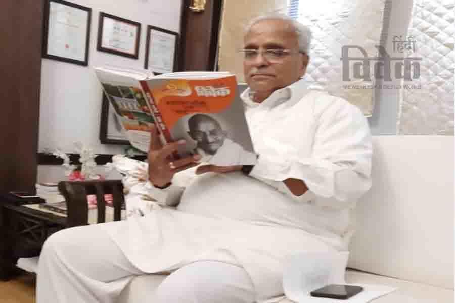 हिंदी विवेक द्वारा प्रकाशित 'महात्मा गाँधी ; एक सोच' ग्रंथ का अवलोकन करते हुए रा.स्व.संघ के सरकार्यवाह  श्री भैयाजी जोशी