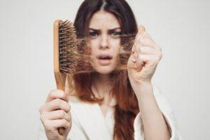 टिप्स: क्या करें जब झड़ने लगे ज़्यादा बाल?