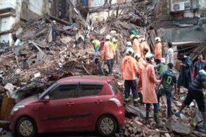 भारी बारिश से परेशान मुंबई, शुरु हुआ इमारतों के गिरने का सिलसिला