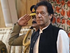पाक में इमरान खान के खिलाफ शुरु हुआ विरोध, इमरान को बताया कठपुतली